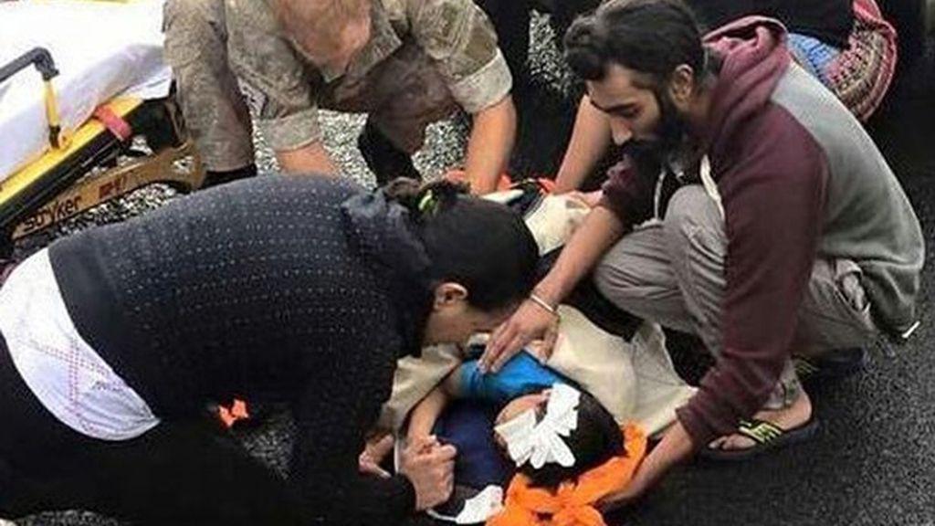 Un hombre sij utiliza su turbante para ayudar a salvar la vida de un niño