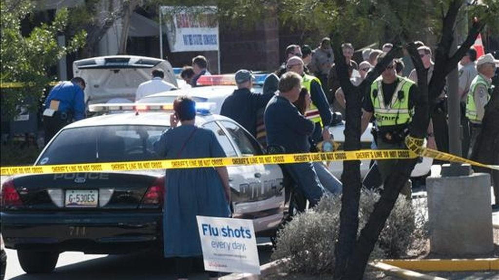 Policías y bomberos permanecen a las afueras de la tienda de comestibles Safeway en North Tucsonwhere donde la legisladora demócrata estadounidense Gabrielle Giffords fue herida en un tiroteo en un evento en Tucson, Arizona (EE.UU.). EFE