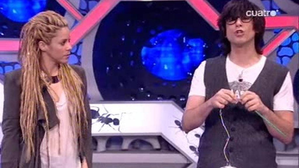 Luis Piedrahita explica un truco de magia a Shakira