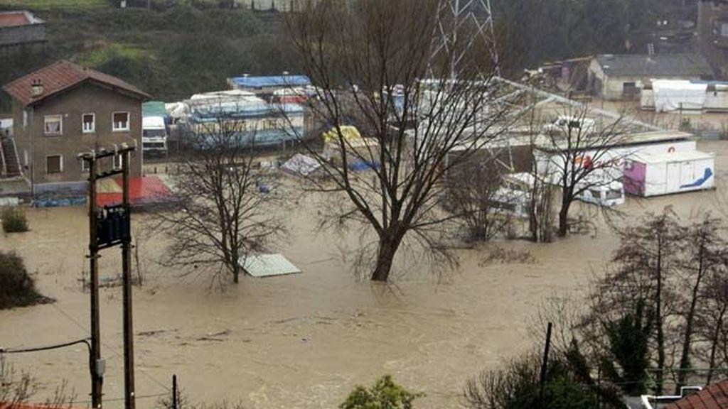 Las riadas en Vizcaya casi consiguen que el Nervión saliera de su cauce en Bilbao, donde se ha desalojado parte del Casco Viejo. Vídeo: Informativos Telecinco.