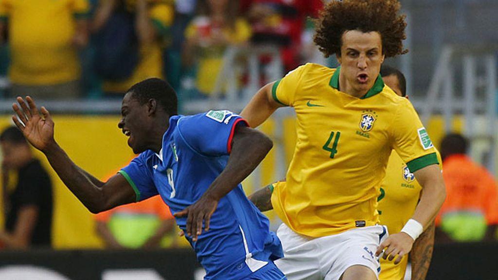 David Luiz comete falta sobre Mario Balotelli