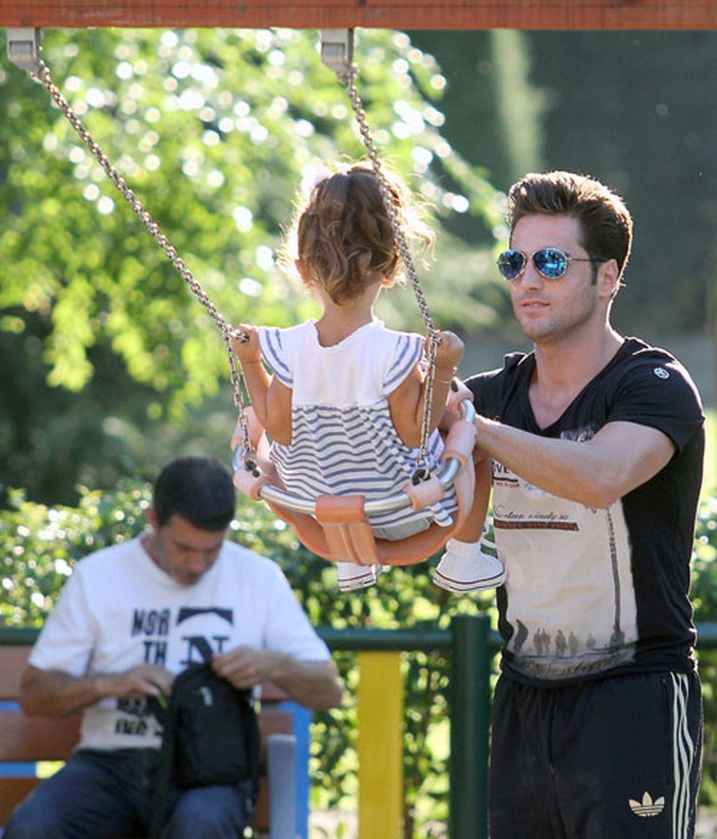 Papá Bustamante se divierte con su hija Daniella en los columpios