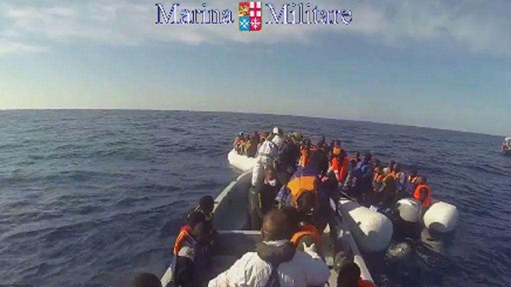 Unos 30 inmigrantes muertos y cientos de rescatados en aguas del Mediterráneo