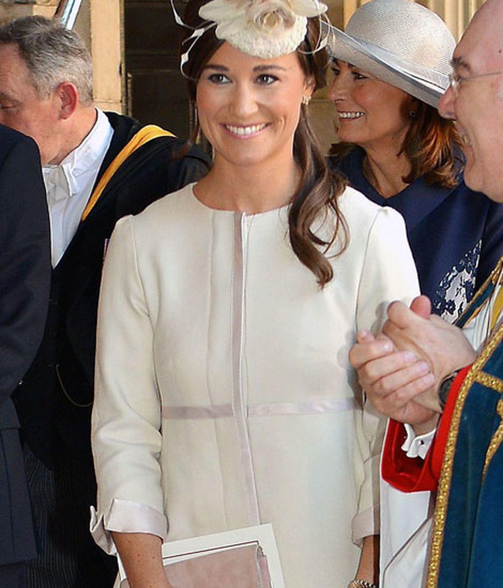 Pippa Middleton, muy elegante de color crema y tocado