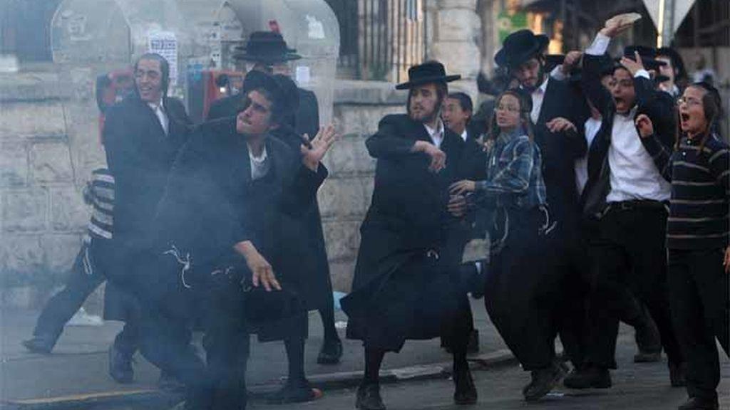 Ultraortodoxos lanzan piedra contra la Policía durante una protesta