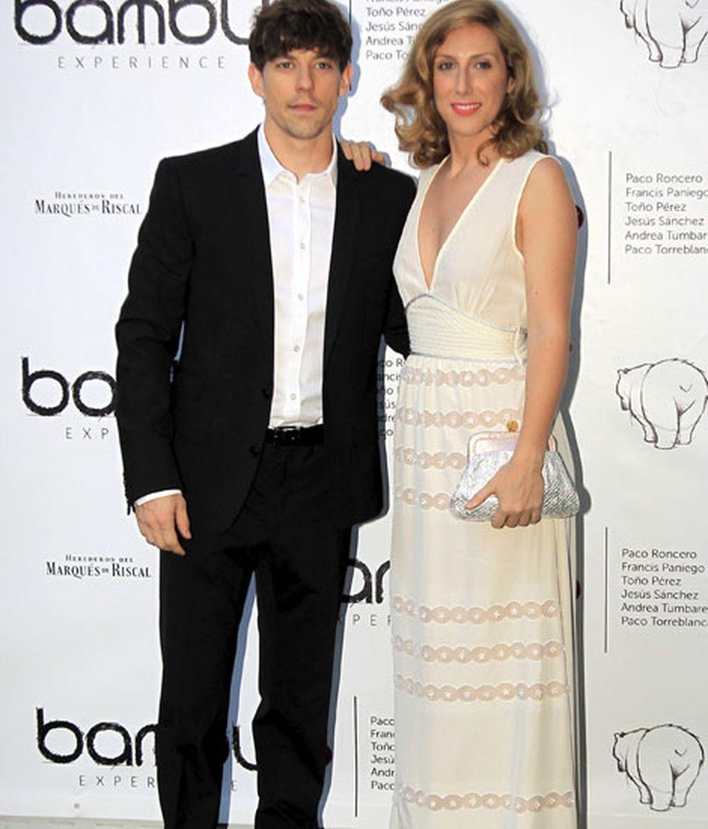 Cecilia Freire, con un vestido beige y acompañada por Adrián Lastra