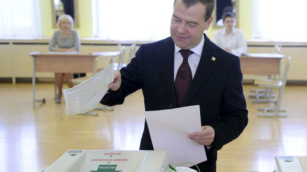 El presidente de Rusia, Dimitri Medvedev, vota en las elecciones presidenciales