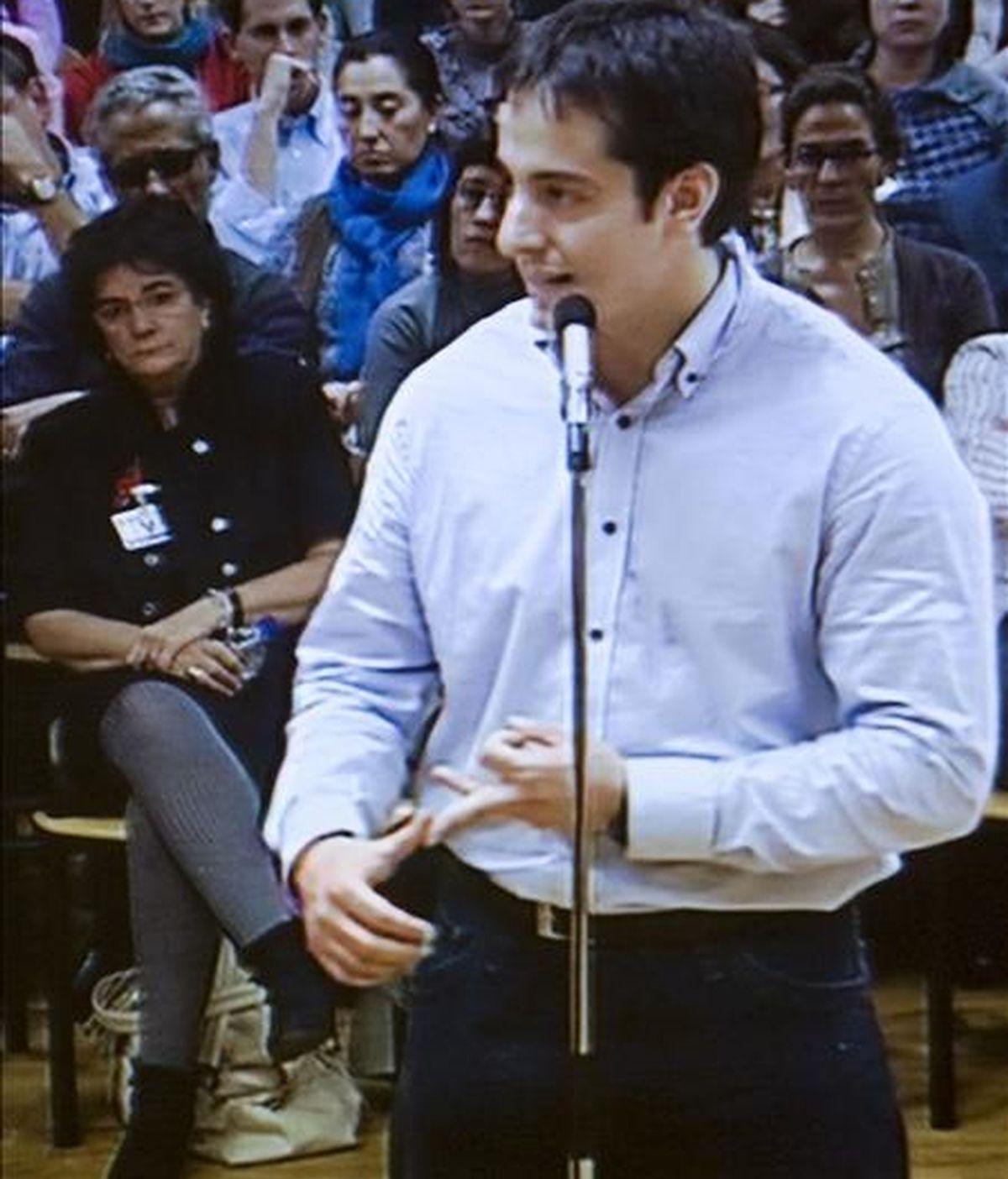 Imagen capturada de la televisión del momento en el que el psiquiatra, José Diego Yllanes, de 27 años, acusado de asesinar a la joven irundarra Nagore Laffage, de 20 años, en los Sanfermines 2008, presta declaración en el Palacio de Justicia de Navarra en la segunda jornada del juicio con jurado popular que se celebra contra él. EFE