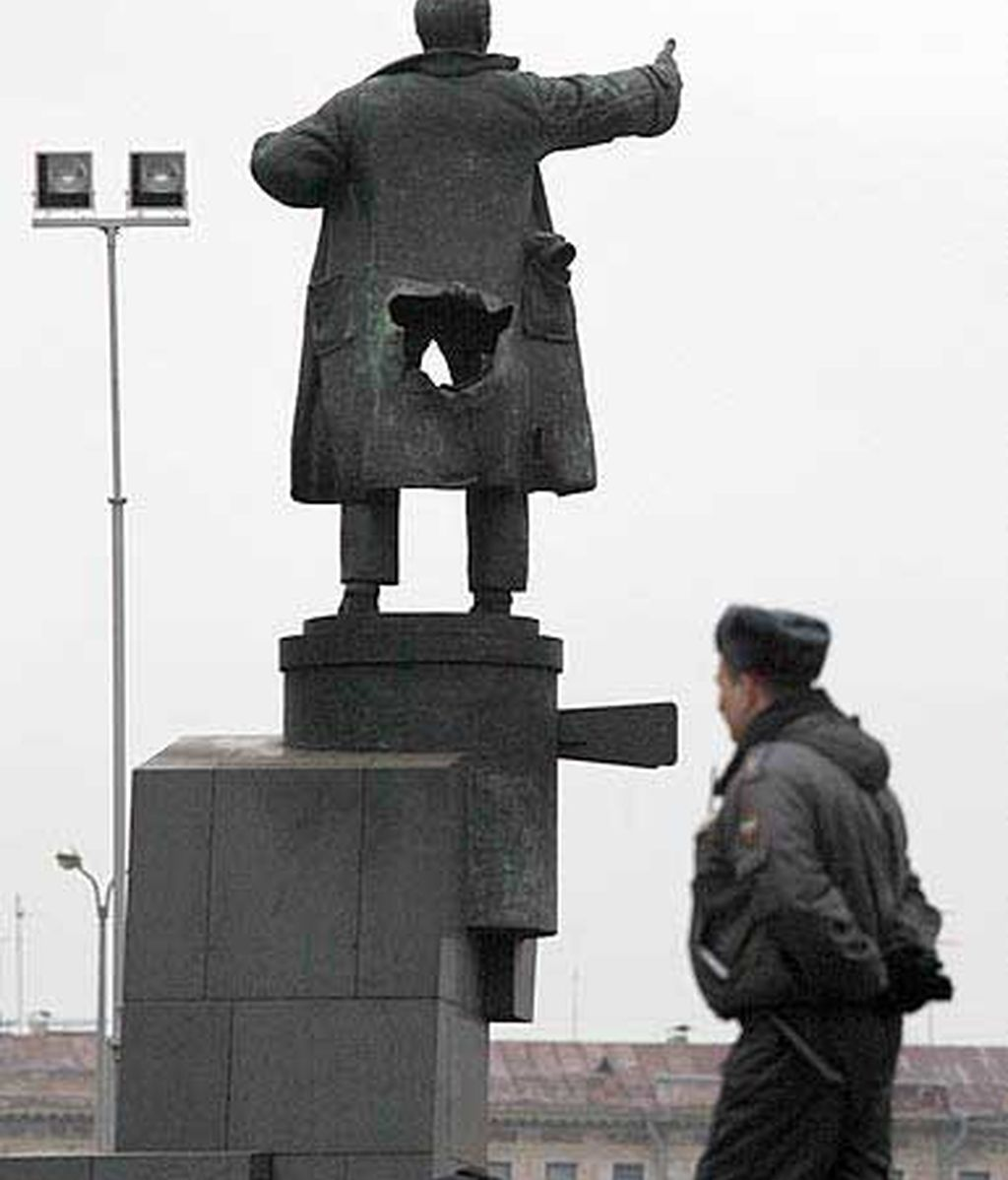 Una bomba daña una estatua de Lenin