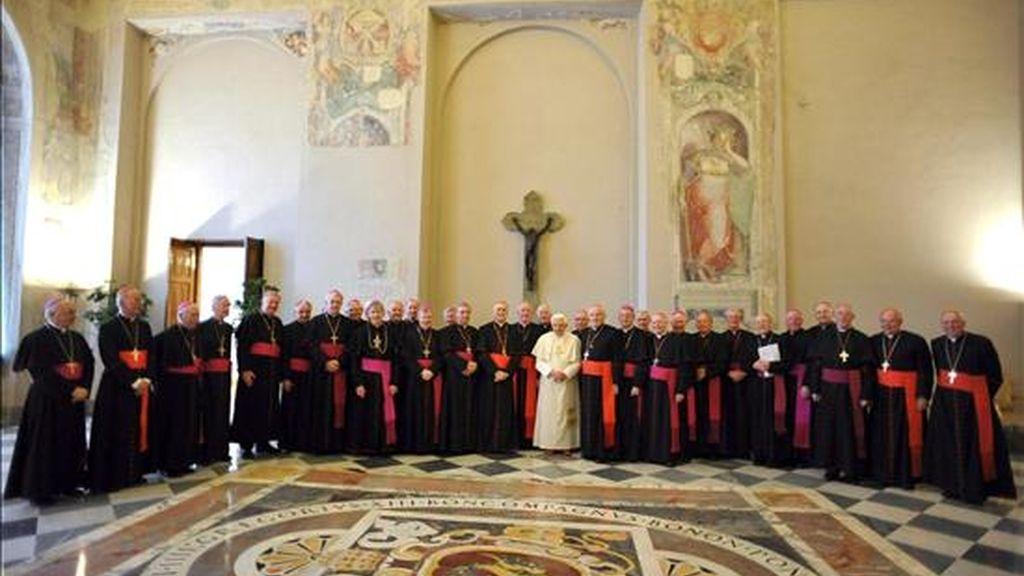 Fotografía cedida por la oficina de prensa del Vaticano que muestra al papa Benedicto XVI (c) durante su reunión con obispos irlandeses en el Vaticano este martes . EFE