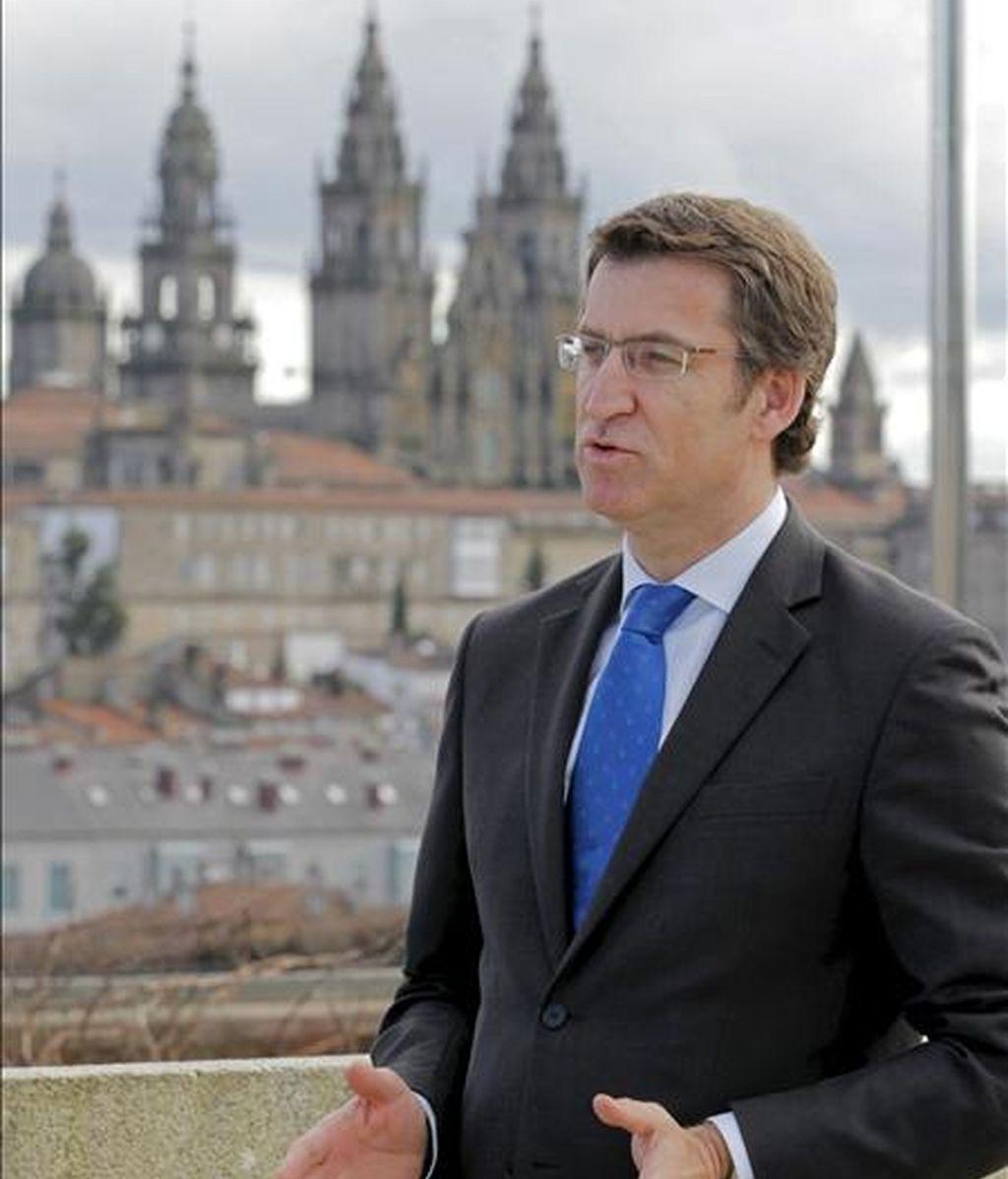 """El presidente de la Xunta, Alberto Núñez Feijóo, durante la entrevista concedida a Efe, con motivo del final del año Xacobeo y a punto de cumplir el ecuador de la legislatura, en la que ha afirmado que adelantar las elecciones generales al próximo mes de mayo permitiría contar dentro de unos meses con un Gobierno """"legitimado"""" que saque a España """"del pozo económico, financiero y laboral"""" en el que se encuentra. EFE"""