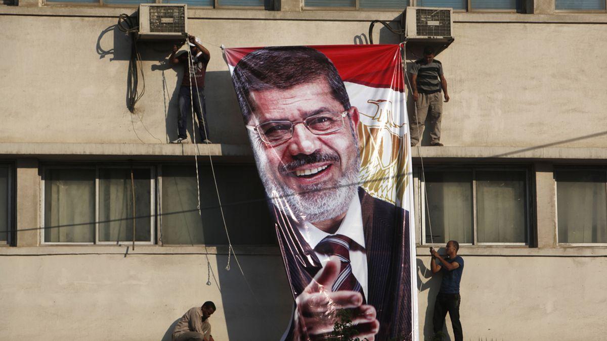 El Ejército quita un cartel con la imagen de Morsi