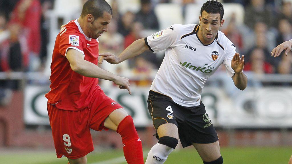 El jugador del Sevilla Negredo pugna por un balón con el jugador del Valencia Rami
