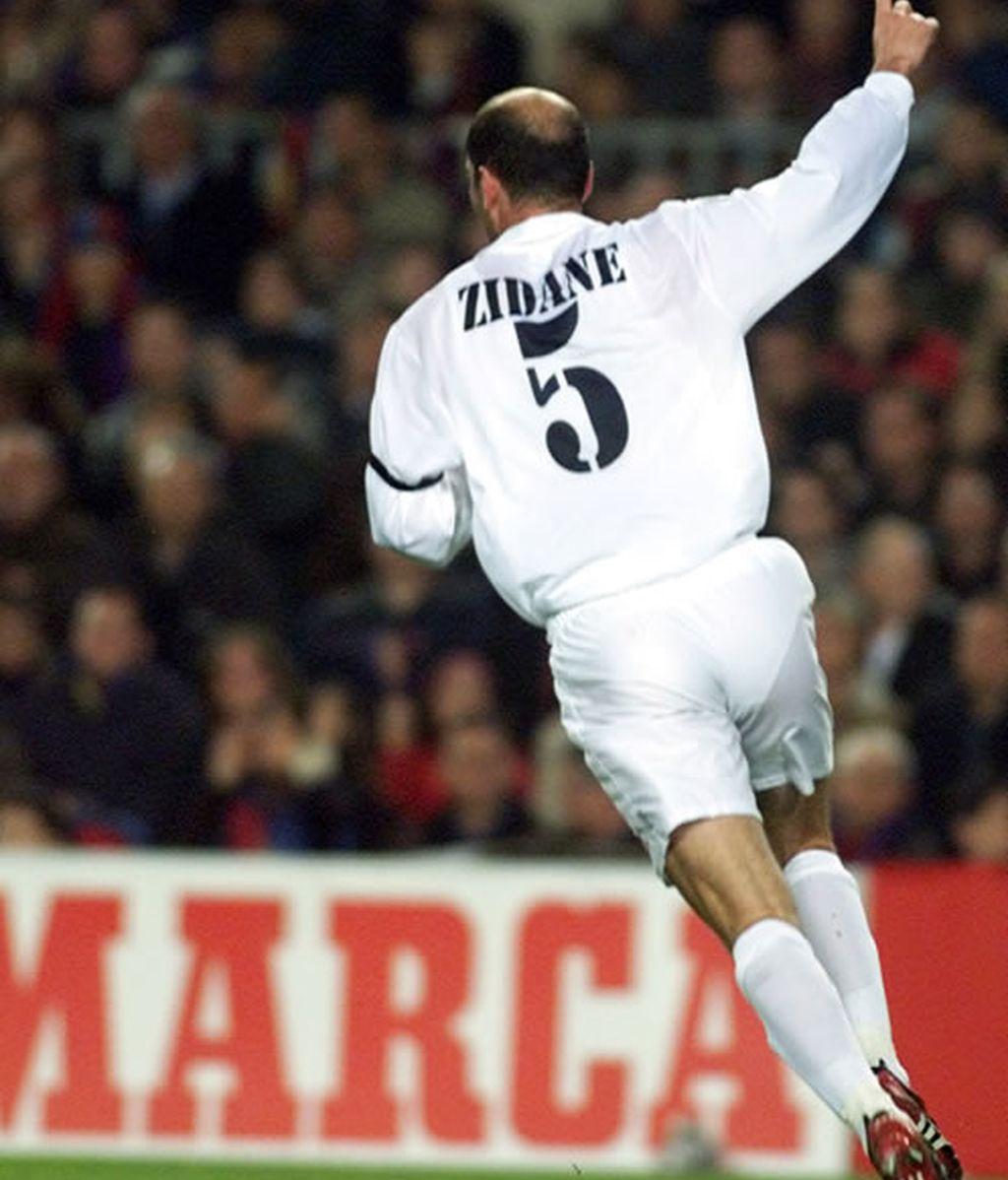 Zidane celebra su gol contra el Barcelona en el encuentro de marzo del 2002