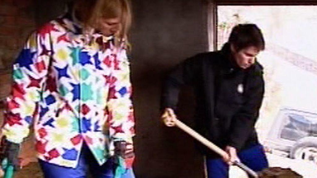 Cayetana y Eduardo recogen abono en el establo