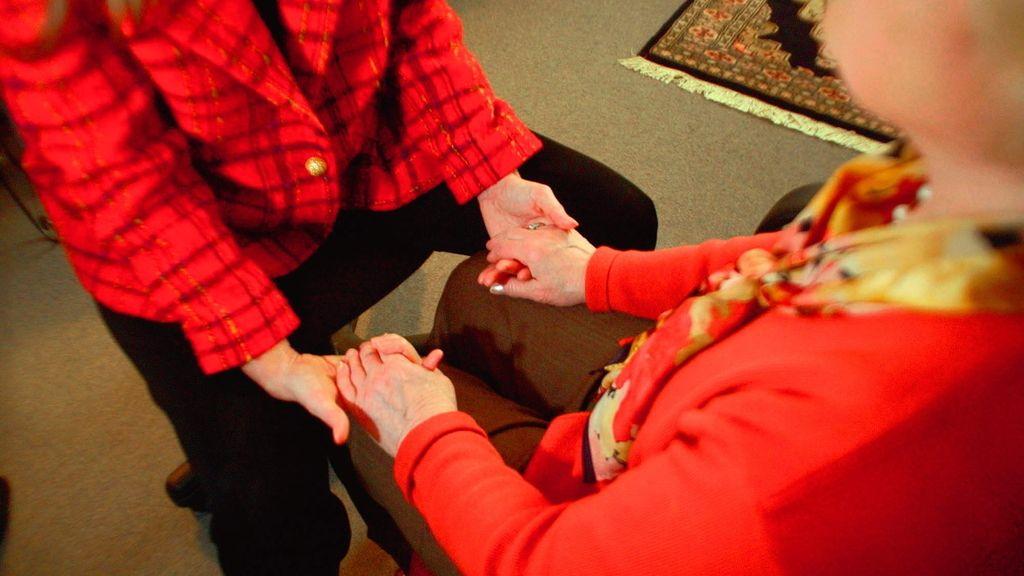Mujer mayor cogida de la mano