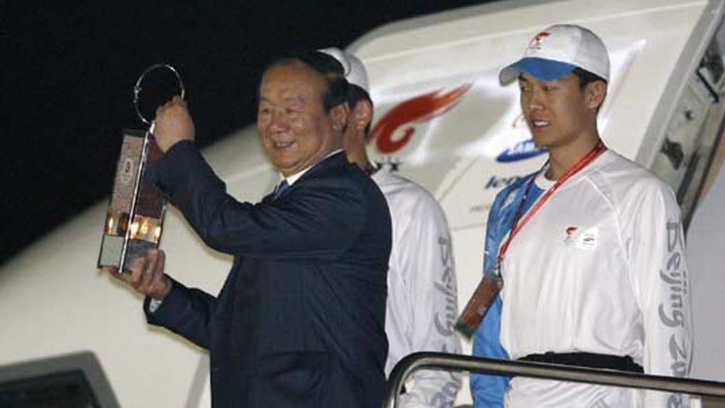 El vicepresidente del Comité Organizador de los Juegos Olímpicos de Pekín 2008, Jiang Xiao Yu, sostiene la antorcha olímpica a su llegada a Bangkok, Tailandia. Foto: EFE