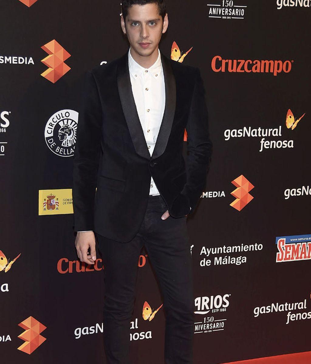 Eduardo Casanova, traje negro con calcetines blancos
