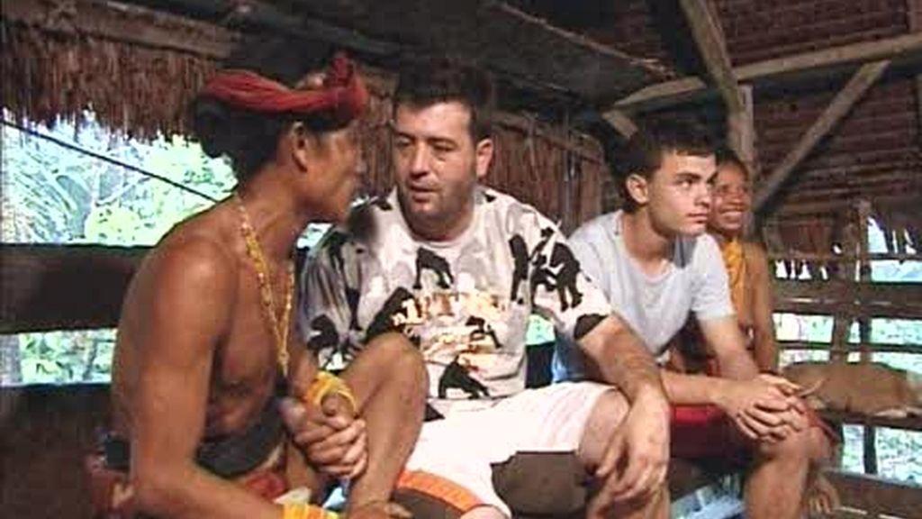 IMÁGENES INÉDITAS: Luismi y el jefe mentawai cantan juntos