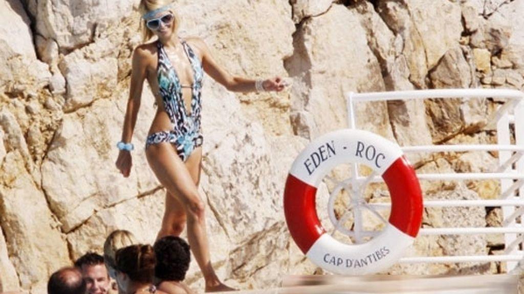 Paris Hilton cambia la alfombra roja por la piscina