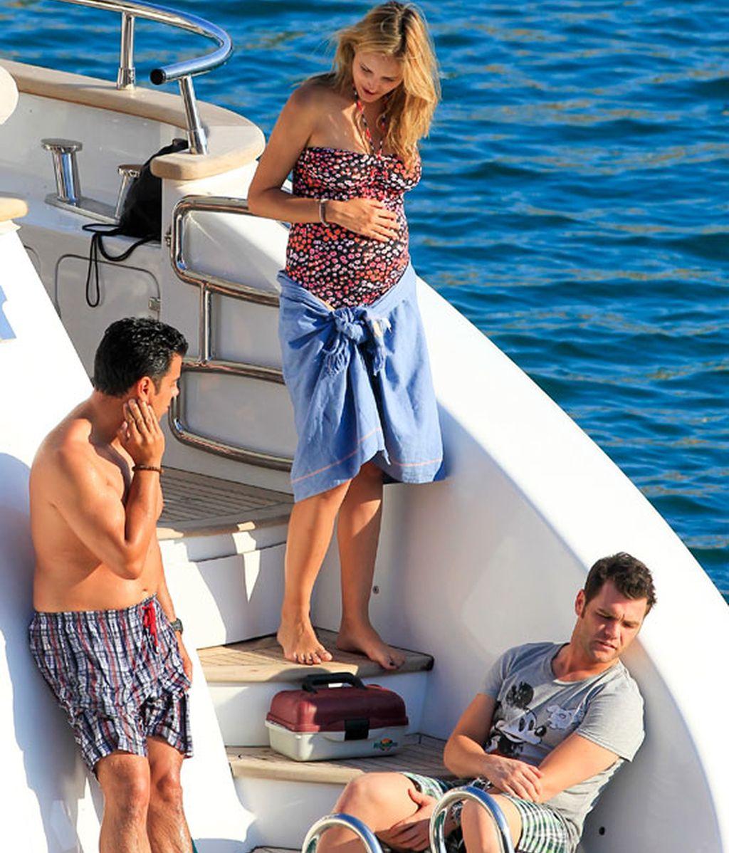 Fonsi Nieto y su novia presumen de embarazo en las playas de Ibiza