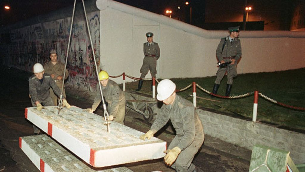 Obreros quitan el Muro de Berlín en 1989