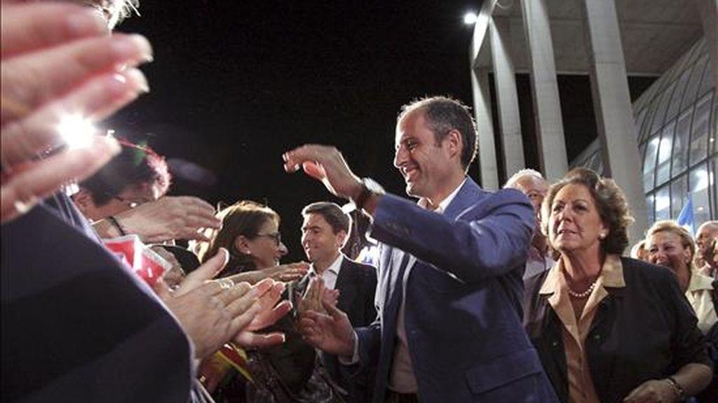 El Presidente de la Generalitat valenciana, Francisco Camps (2d), y la alcaldesa de Valencia, Rita Barberá (d), a su llegada al mitin de cierre de campaña que los populares valencianos han celebrado esta noche en la capital del Turia. EFE