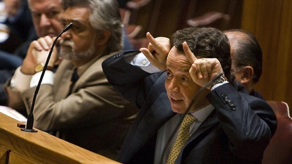 Pinho hace los 'cuernos' en el Parlamento