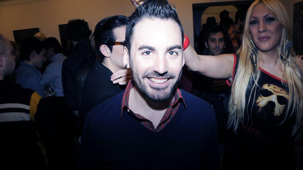 Mario Vaquerizo posa para Divinity con las fotos del despido