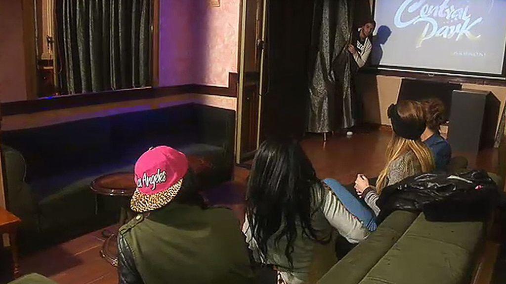 Iris, Laura, Paula y Diolinda se ven las caras en un karaoke