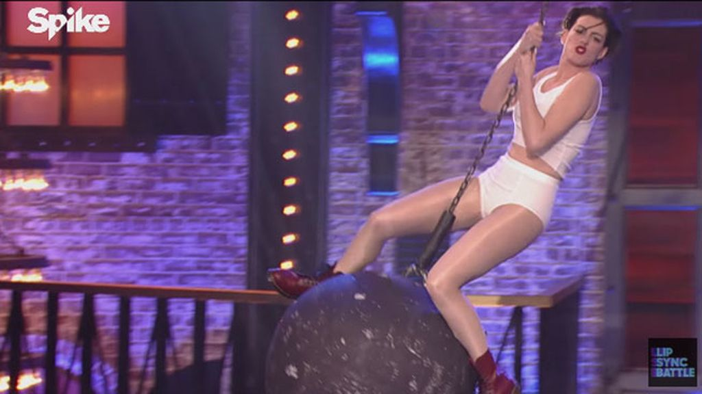 Anne Hathaway se atreve a imitar el 'Wrecking Ball' de Miley
