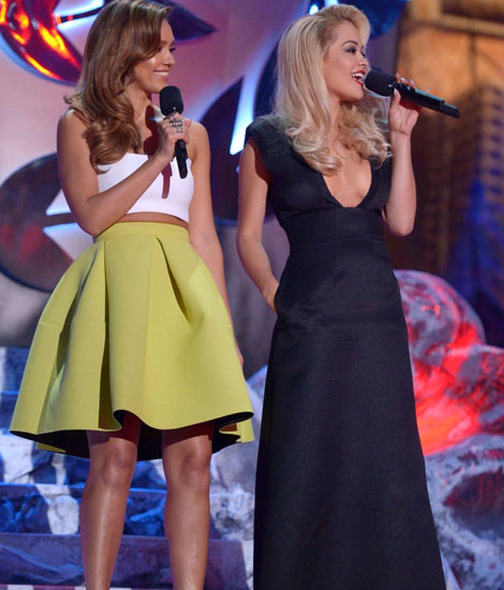Jessica Alba, con bandeau blanco y falda color lima, presentó junta a Rita Ora
