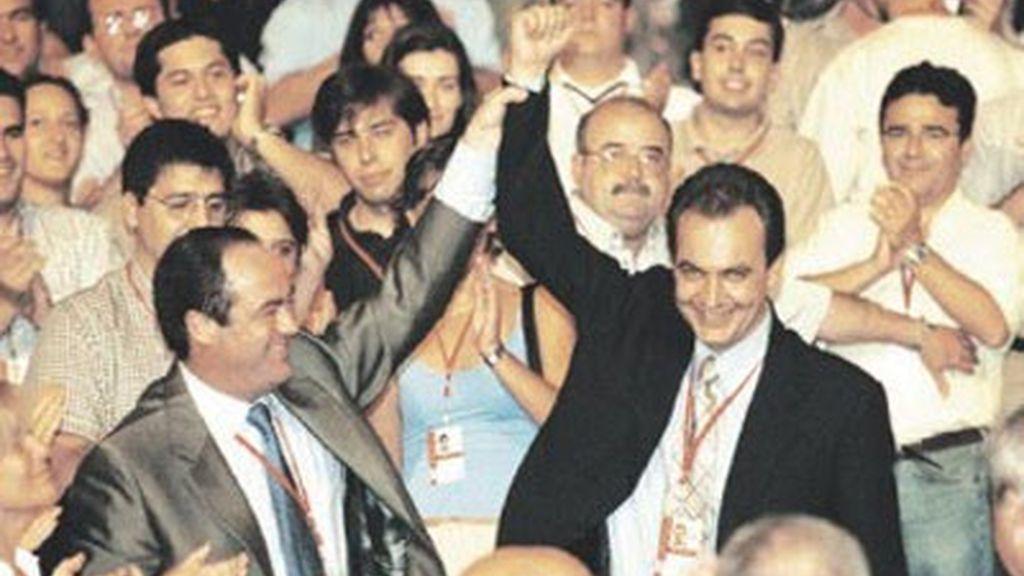 Bono levanta el brazo de Zapatero, nuevo secretario general del PSOE