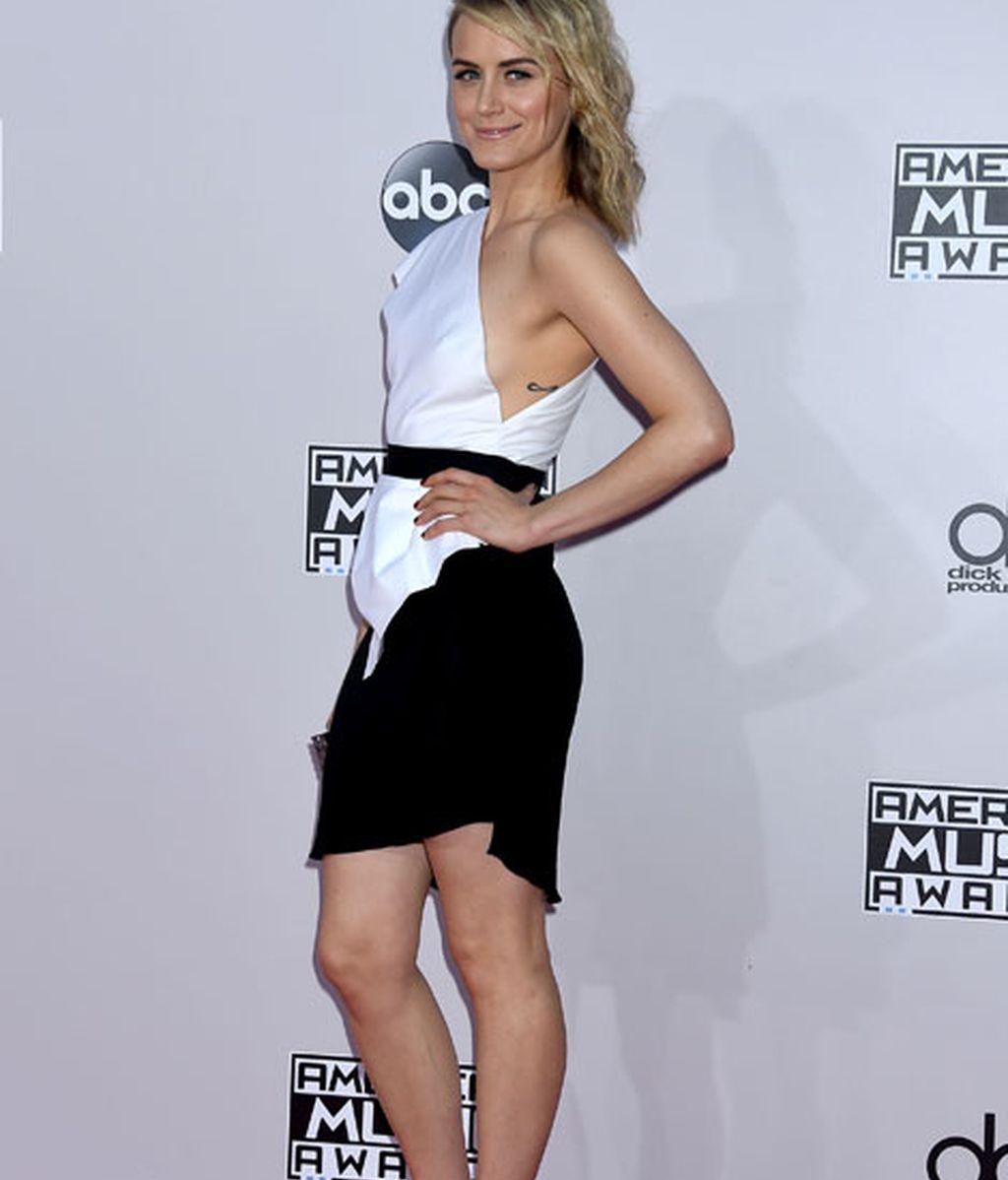 La actriz de Orange is the new Black, Taylor Schilling, de blanco y negro