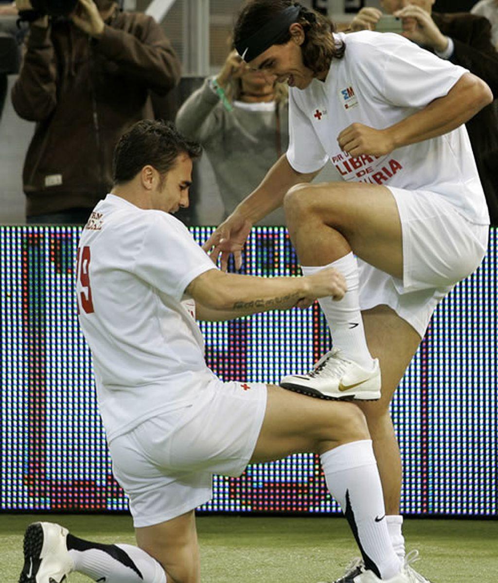 Fabio Cannavaro limpia las botas de Rafa Nadal