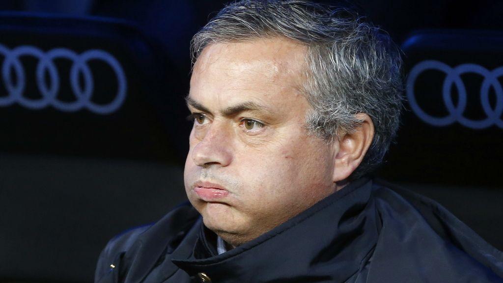 El entrenador del  sigue desde el banquillo el encuentro entre el Real Madrid y el RCD Espanyol