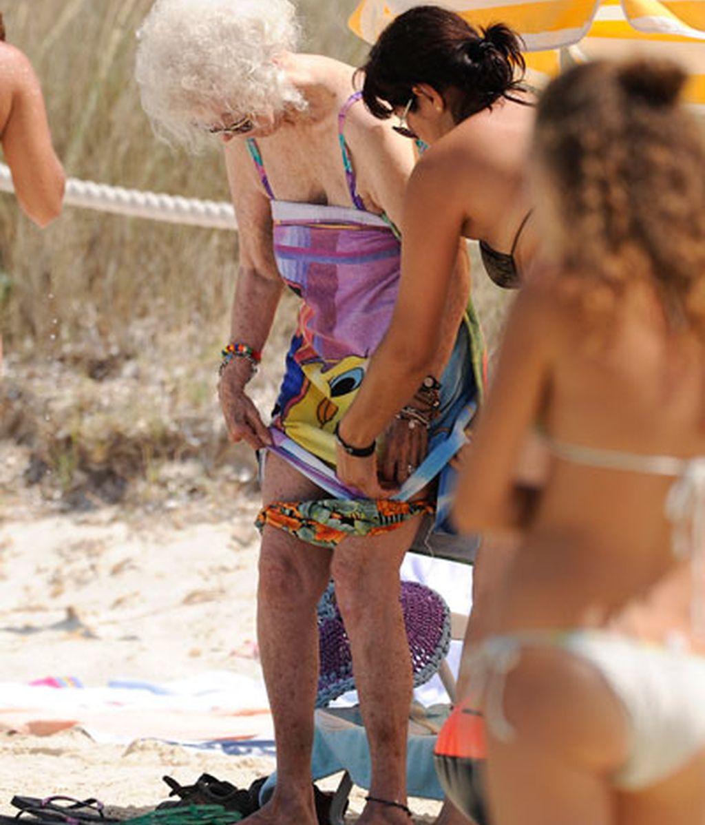 La duquesa de Alba se cambia de biquini en plena playa