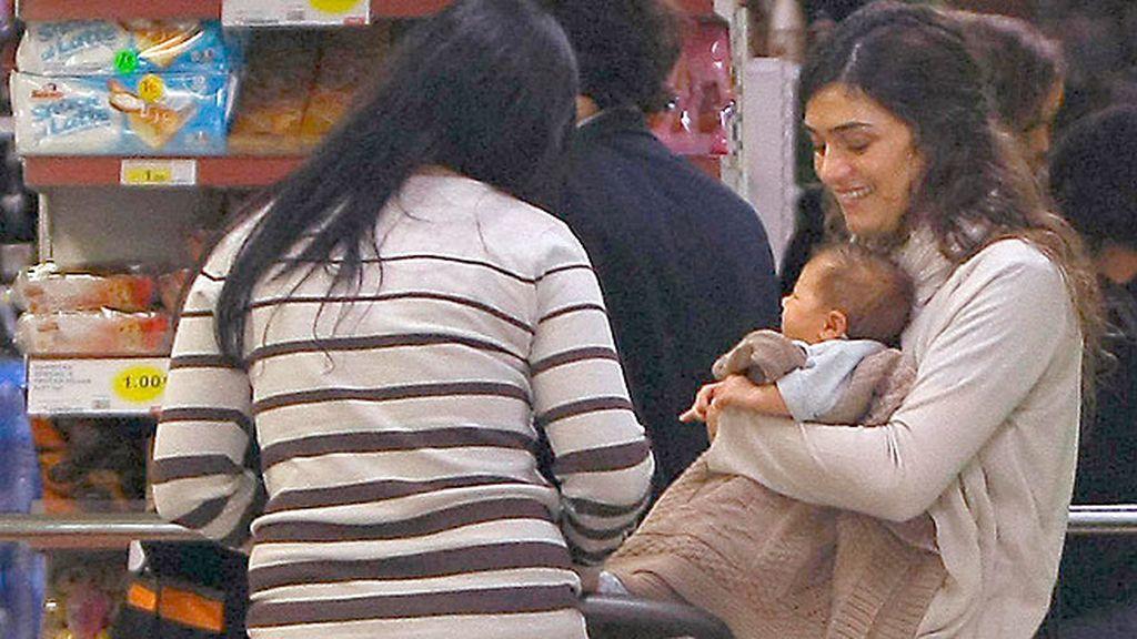 Pasea su reciente maternidad por las calles de Madrid