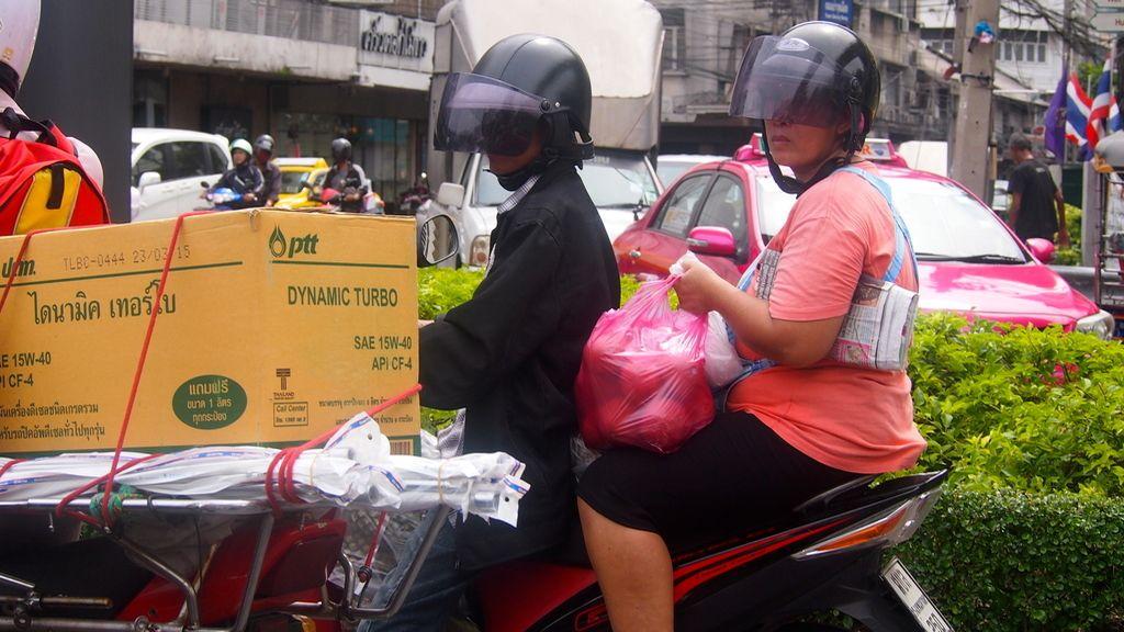 Las amas de casa se adaptan al tráfico en Bangkok