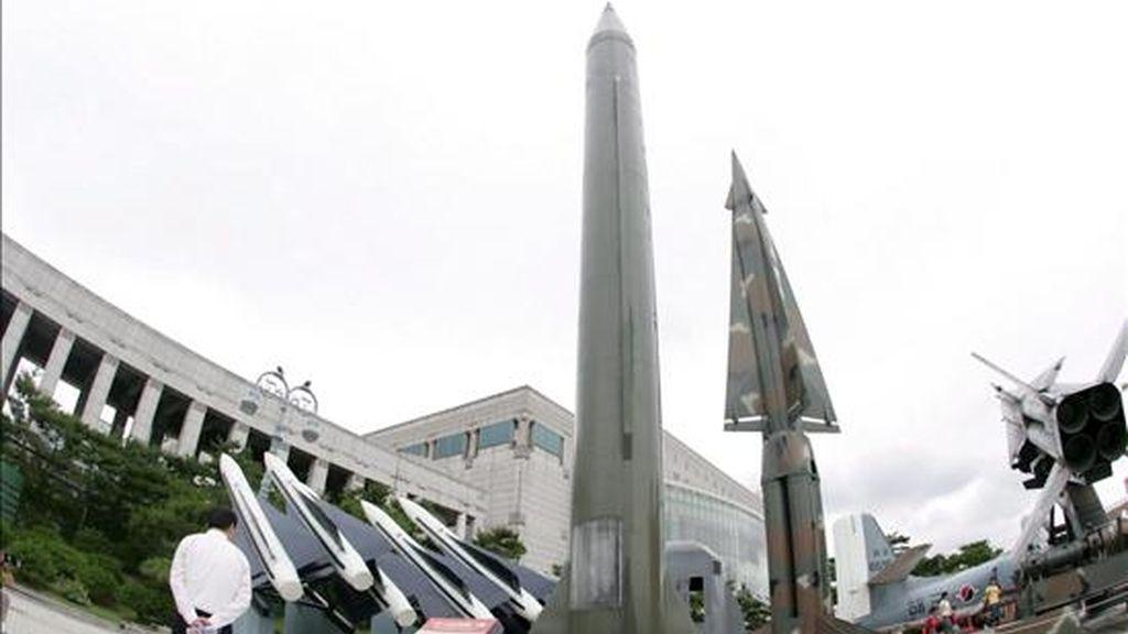Un turista observa un modelo de un misíl Scud-B (c) de Corea del Norte y un misíl Hércules K-1 (c d) de Corea del Sur en el Museo de la Guerra de Corea en Seúl. Corea del Norte tiene equipos de vigilancia en torno al lugar desde donde tiene previsto lanzar un cohete de largo alcance, lo que podría producirse hoy mismo. EFE/Archivo