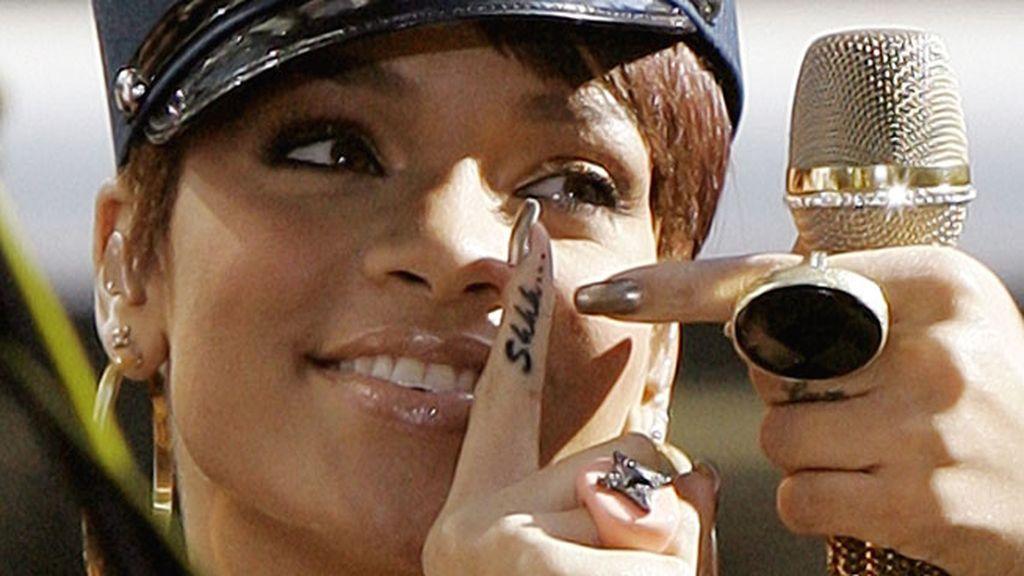 Rihanna manda callar con su tatuaje de 'Shhh...'
