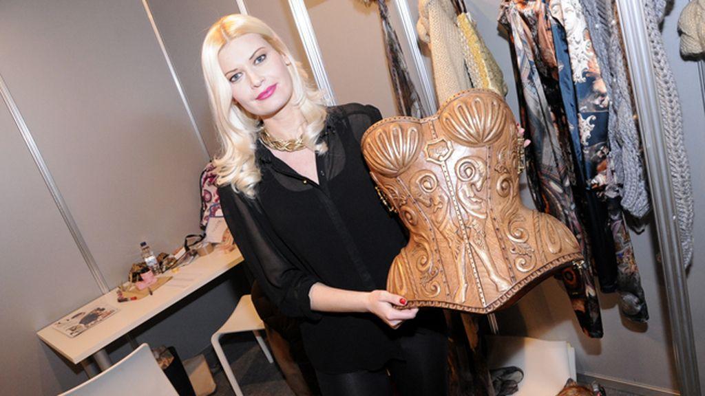 Maya Hansen posando con la pieza estrella de su colección Edelweiss: el corsé de madera tallada obra de la escultora Sandra Krysiak