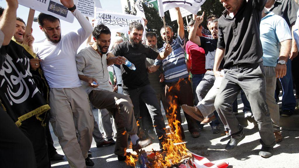 Islamistas turcos queman una bandera de EEUU