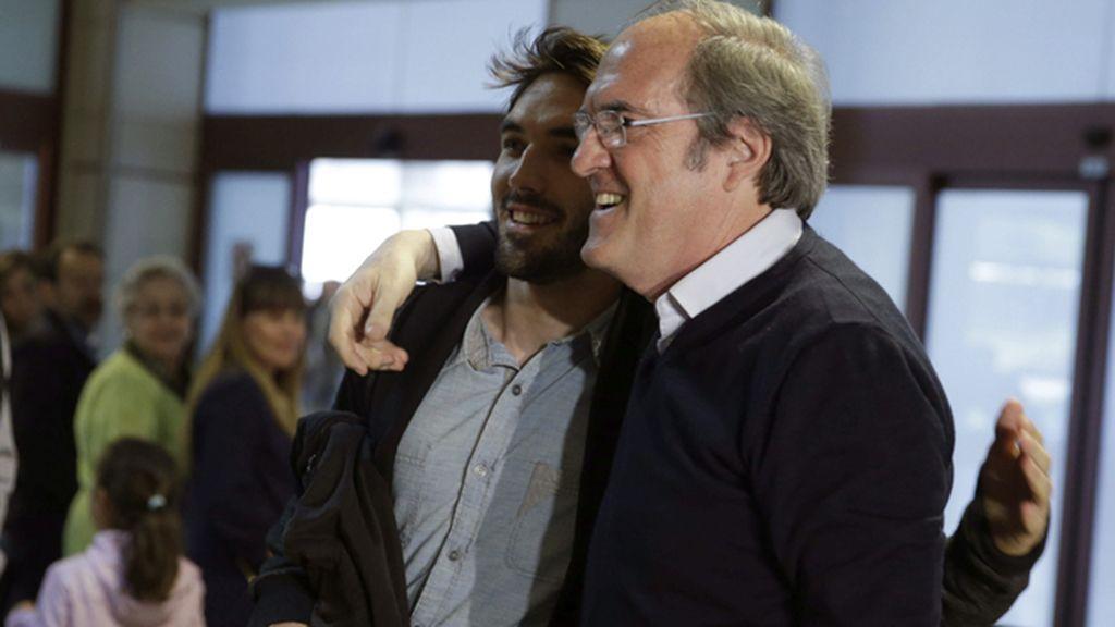 El candidato del PSOE a la CAM recoge a su hijo en el aeropuerto