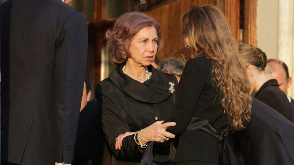 Doña Sofía junto a la viuda de Kardam, Miriam Ungría