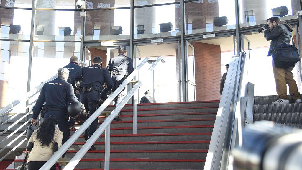 El detenido solo llevaba una botella de agua en su mochila