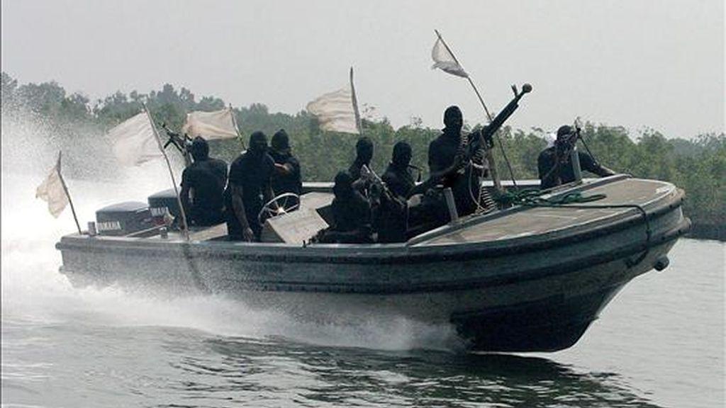 Fotografía de archivo del 20 de enero del 2007 de militantes nigerianos del Movimiento para la Emancipación del Delta del Níger (MEND) en una región del Delta del Níger al sur de Nigeria. Exteriores ha dicho que otros cinco franceses secuestrados en Níger están en manos de la red terrorista Al Qaeda en el Magreb Islámico (AQMI). EFE/Archivo