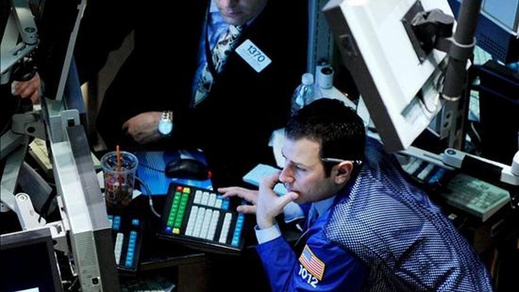 Un corredor de bolsa sigue las fluctuaciones bursátiles en la Bolsa de Valores de Nueva York, que bajó este viernes un 1,87%, pero cierra la semana con ganancias. EFE