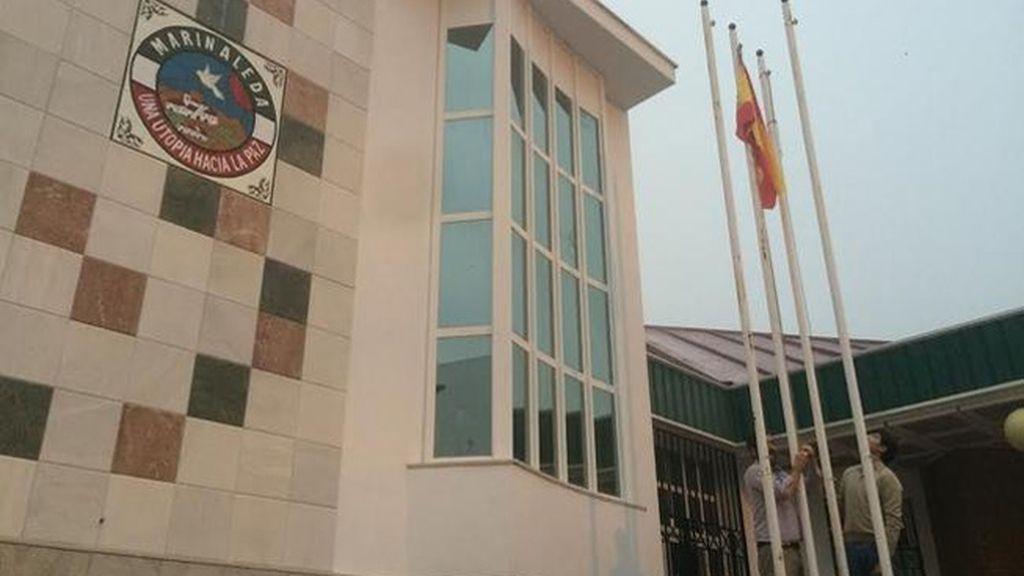 Miembros de VOX izan la bandera de España en el Ayuntamiento de Marinaleda