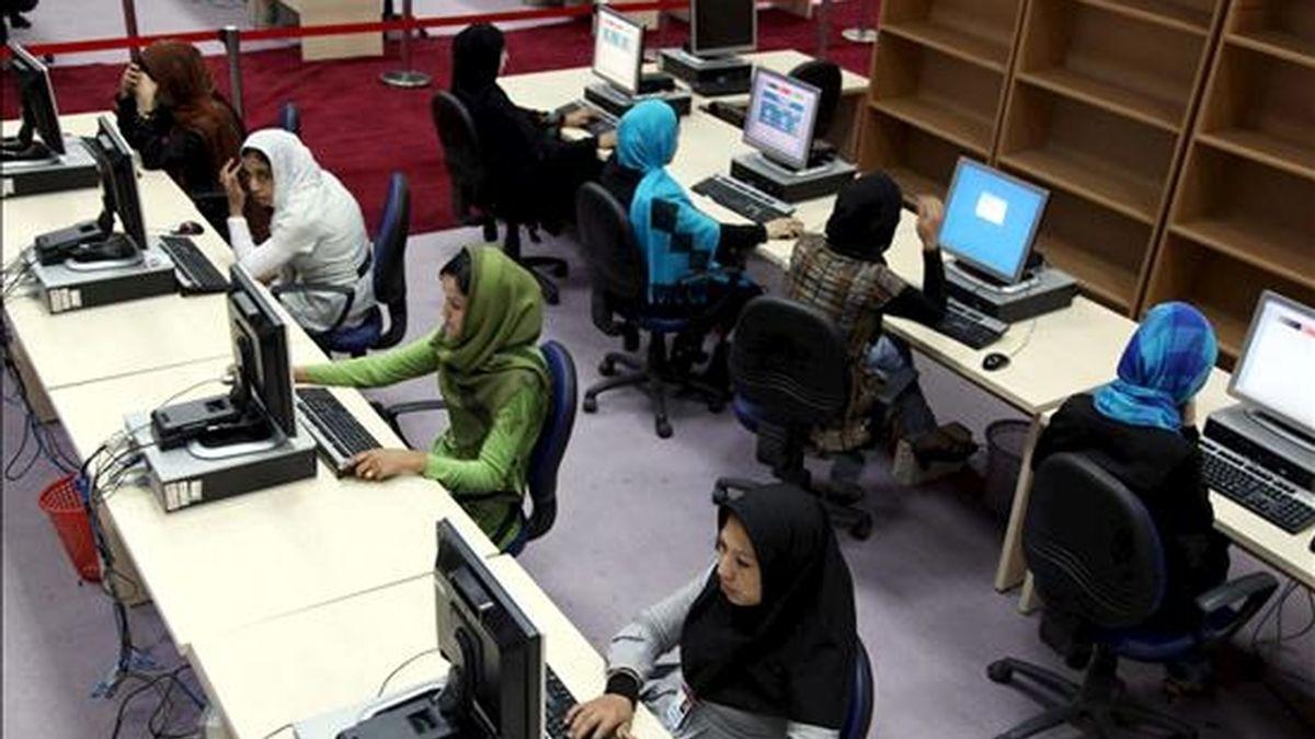 Varias trabajadoras recopilan los resultados de las elecciones parlamentarias en la Comisión Electoral de Afganistán, en Kabul, el pasaso 20 de septiembre. EFE/Archivo